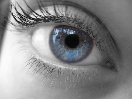 de ce se zbate ochiul