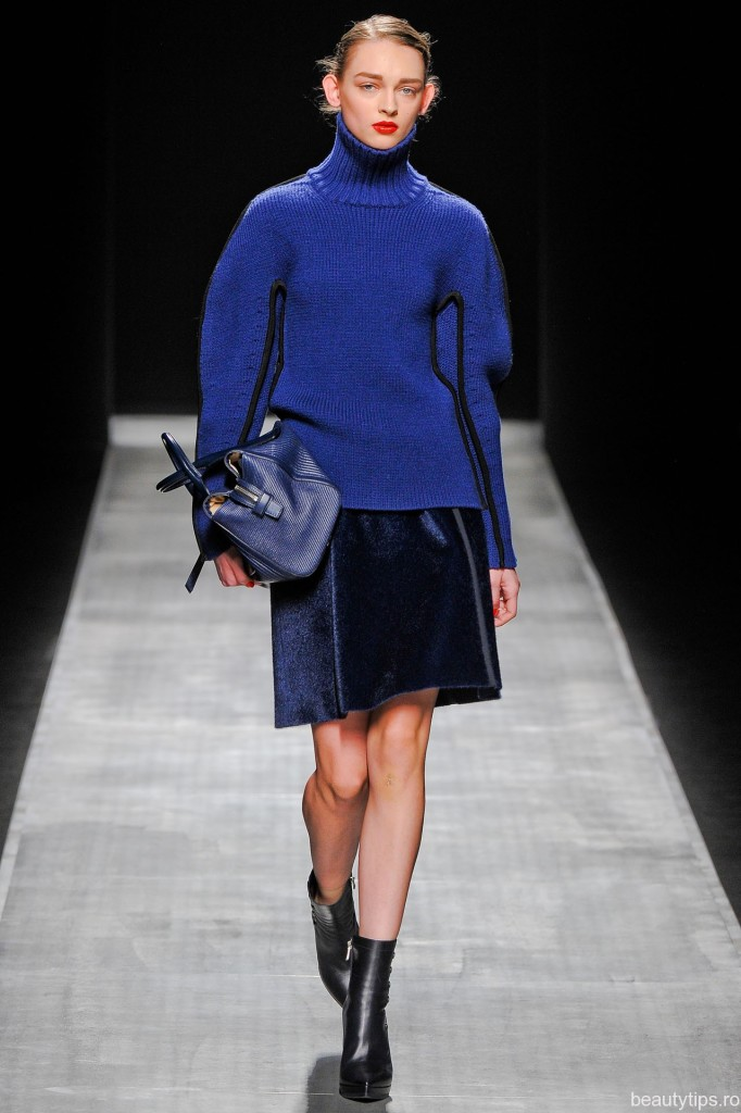 Pulover iarna albastru electric si fusta